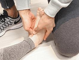 足首にある足根骨を正しい位置に戻す。